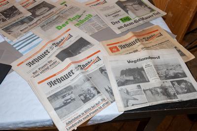 Zeitungen über Grenzöffnung und Mauerfall